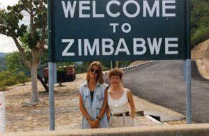 Meine Mama und ich an den Viktoriafällen in Simbabwe 1995
