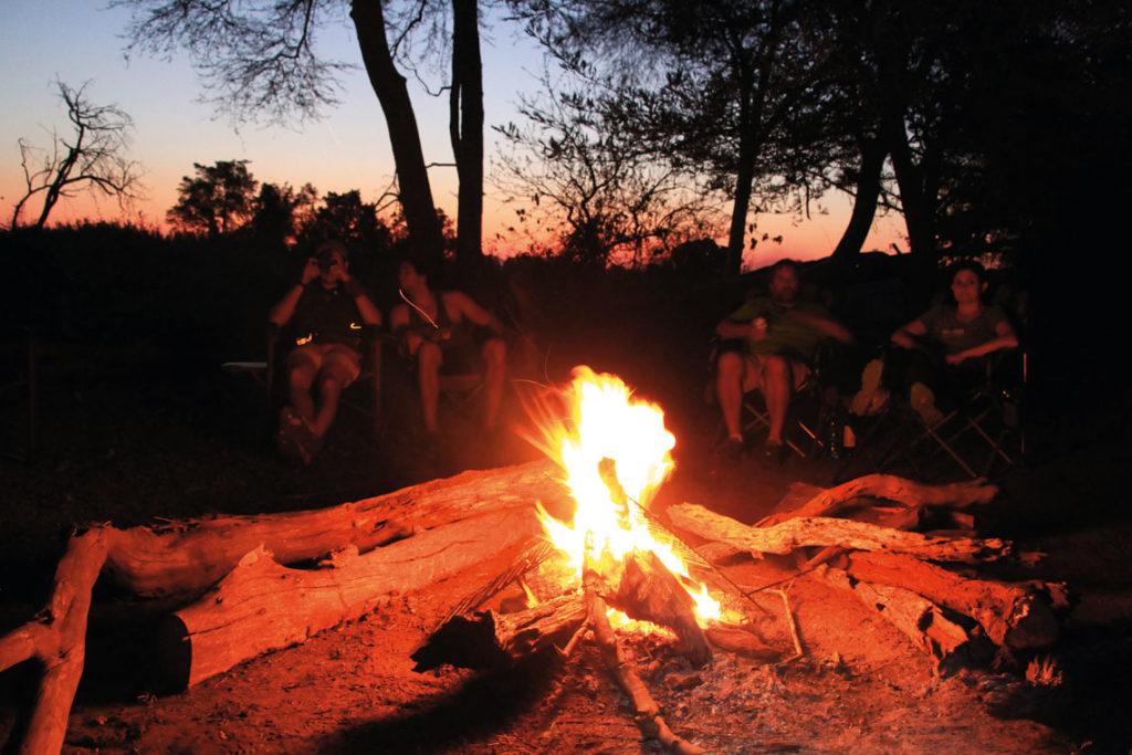 Camp Feuer in Südafrikas Busch - nach einem aufregenden Tag auf Safari mit Afrikas Wildlife.